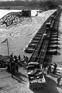 Pont flottant provisoire sur l'Inn, en 1945, fabriqué avec des bateaux