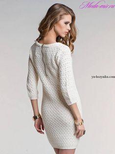 Вязаное платье с молнией на спине. Модель платья с округлым вырезом горловины и рукавами длинной 3/4.
