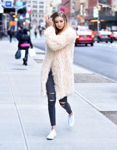 Gigi Hadid, la regina delle sneaker, ti dimostra che puoi indossarle con tutto -cosmopolitan.it