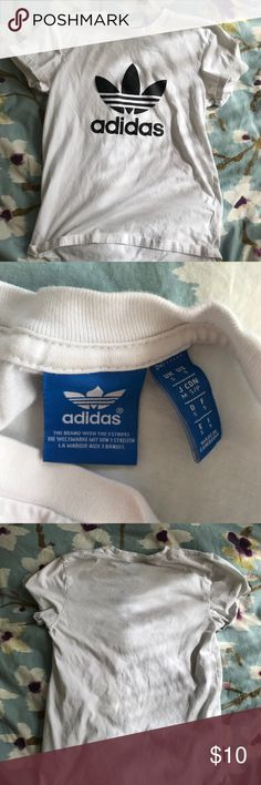 Adidas white shirt It's a plain adidas white shirt. Lightly worn and accounted for in the price:) best Emma ps it fits true to size, if you are a small it's a looser fit if you are a medium it would be a tighter fit! adidas Tops Tees - Short Sleeve