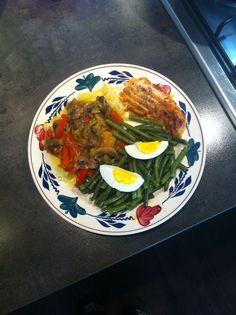 Lekker Prakkie: Zalm, Boontjes, Aardappeltjes met daar over heen champignon en paprika in een jus achtige substantie