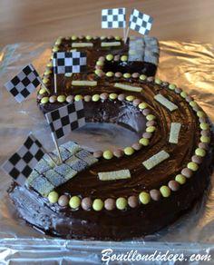 Gâteau d'anniversaire, en forme de chiffres cinq, sur le thème des courses de voiture. 5 ans. Anniversaire ou fête d'enfants, sur le thème de Cars & des courses de voiture, pilote. Des idées de déco, diy, animations, jeux et de gâteaux !