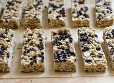 chocolate-chip-granola-bars - Soft and chewy! Just like the Quaker lunch box bars. Try to stir in the chocolate chips as they fall off the top when you eat them Chocolate Chip Granola Bars, Chewy Granola Bars, Homemade Granola Bars, Chocolate Chips, Best Granola Bars, Granola Barre, Breakfast Recipes, Snack Recipes, Bar Recipes