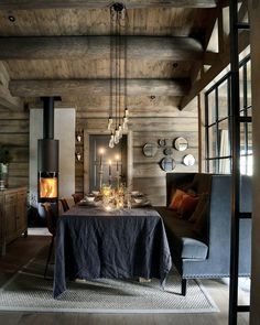 We geet in relaxed mood by looking at the fire. Lovely winter cabin from styled by and published in . Modern Cabin Interior, Contemporary Interior, Cabin Interiors, Dark Interiors, Rustic Elegance, Modern Rustic, Lodge Style, Interior Decorating, Interior Design