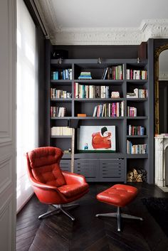 Modern home library with gray built-in bookshelves and red leather chair in a traditional Parisian apartment Small Home Libraries, Red Leather Chair, Orange Leather, Decoration Gris, Mini Loft, Library Design, Library Ideas, Library Wall, Home Interior