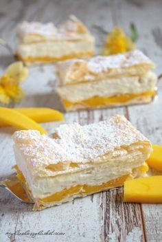 Mango-Cremeschnitten Mango-Creme-Schnitten The post Mango-Cremeschnitten appeared first on Himbeeren Rezepte. Sweet Recipes, Cake Recipes, Dessert Recipes, Mango Cream, Crazy Cakes, English Food, Mets, Cream Cake, Food Cakes