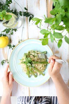 Le mois de mai est arrivé et avec lui les fruits et légumes que l'on apprécie tant ! 🥦 Essayez donc l'une de nos 5 délicieuses recettes de saison, plaisir des papilles garanti ! 🤩  #recettes #healthy #légumesdesaison #recettesdesaison #asperges #risotto #minceur #maigrir #pertedepoids #food Mai, Risotto, Spinach, Vegetables, Food, Asparagus, Fruits And Veggies, Yummy Recipes, Healthy Recipes