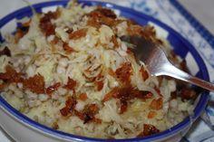 Kroupy si uvaříme zvlášť. Uděláme klasickou bramborovou kaši, přidáme uvařené kroupy, kysané zelí, rozmačkaný česnek, sůl, pepř a majoránku. Vše...