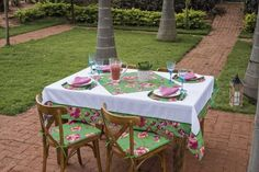 Chita Tecido para decorara e colorir Todos os ambientes da sua casa Outdoor Tables, Outdoor Decor, Outdoor Furniture Sets, Table Decorations, Home Decor, Wanderlust, Kitchen Towels, Patchwork Kitchen, Sheds