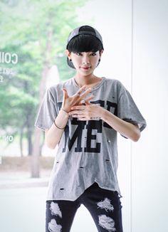 Today's Hot Pick :FEED MEレタリング半袖Tシャツ http://fashionstylep.com/SFSELFAA0016257/coiija/out やや伸縮性のあるコットン素材を使った半袖Tシャツです。 全体にあしらわれたカッティングディテールがスタイリッシュなアイテム☆ フロントのボールドなレタリングでインパクトをプラス♪ グランジ感溢れるカジュアルコーデにオススメのヴィンテージTシャツ!!