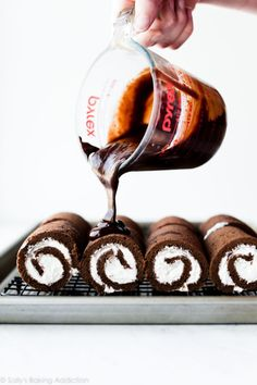 How to make mini chocolate Swiss roll cakes on sallysbakingaddic. How to make mini chocolate Swiss Chocolate Roll Cake, Chocolate Swiss Roll, Chocolate Sponge Cake, Chocolate Flavors, Chocolate Mini Rolls, Chocolate Ganache, Mini Chocolate Desserts, Choco Chocolate, Homemade Chocolate