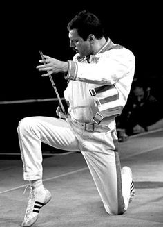 Queen freddie mercury pose live on stage Queen Band, John Deacon, Freddie Mercuri, Montreux Jazz Festival, Roger Taylor, Queen News, We Will Rock You, Queen Freddie Mercury, Freddie Mercury Quotes