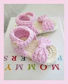 Looked forever for this for free pattern Crochet Baby Sandals – Thea Bester FINALY! Looked forever for this for free pattern Crochet Baby Sandals FINALY! Looked forever for this for free pattern Crochet Baby Sandals Cute Crochet, Crochet For Kids, Crochet Crafts, Crochet Projects, Crochet Dolls, Baby Patterns, Crochet Patterns, Dress Patterns, Doll Patterns