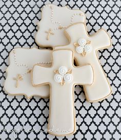Decorated sugar cookies for a communion. Gold, ivory and a bit of white combine to make classic looking rosary and cross cookies. First Holy Communion Cake, Première Communion, Baby Boy Baptism, Baptism Party, Baptism Ideas, Christening Cookies, Baptism Cupcakes, Cross Cookies, Easter Cookies