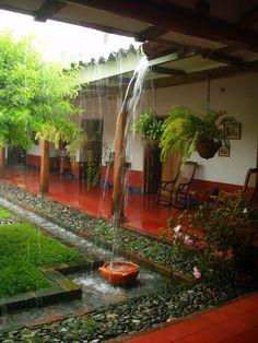 Interior casa colonial, lluvia