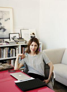 A Sofia Coppola é superchic, mas ela adora misturar camisetas com calças sociais, como aqui! #tshirts #look #inspiration #fashion #moda #camisetas
