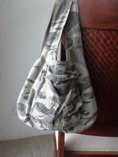 Cargo non-embargo! Mens cargo shorts upcycled into a reversible bag Cycling Shorts Outfit Bag CARGO Mens nonembargo Reversible Shorts upcycled Sewing Clothes, Diy Clothes, Clothes Refashion, Winter Shorts Outfits, How To Make Purses, Diy Shorts, Clothes Pictures, Short Outfits, Diy Fashion