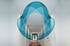 Les formes et les dessins changent au fur et à mesure qu'on avance dans ce couloir