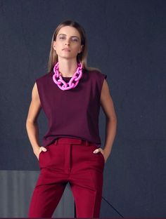 Red violet top, burgundy trousers and a clear pink necklace. Work Fashion, Fashion Looks, Fashion Fashion, Fashion Styles, Retro Fashion, Fashion Tips, Wine Pants, Vetement Fashion, Winter Mode