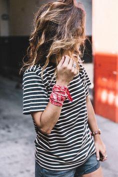 How to wear a bandana biker style ties 17 best Ideas Scarf Styles, Bandana Rouge, Bandana Outfit, Red Bandana, Jeans Bleu, Bandanas, Summer Scarves, Biker Style, Street Style