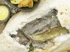 Gebackene Lachsforelle - aus der Zitronensalzkruste - smarter - Kalorien: 198 Kcal - Zeit: 35 Min. | eatsmarter.de Fisch ist gesund und liefert wertvolle Fette.