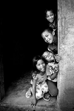 A Stack of Siblings, Vietnam children We Are The World, People Around The World, Children Photography, Family Photography, Beautiful Children, Beautiful People, Afrique Art, Photo Portrait, Smile Face
