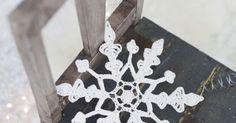 Varmista valkea joulu ja ripusta virkattu lumihiutale tai useampi vaikkapa ikkunaan, ovenpieleen tai joulukuuseen. Lumihiutale on helppo virkata.