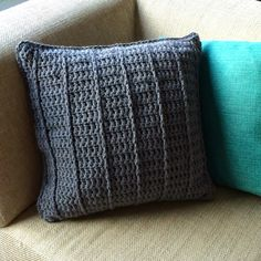 Crochet pattern Cushion with Relief - Crochet information A free Dutch crochet pattern of a cushion with stripes in relief. The cushion is crocheted with relief sticks. Crochet Diy, Crochet Motifs, Crochet Home Decor, Crochet Cross, Crochet Stitches, Knitting Patterns, Crochet Patterns, Free Knitting, Diy Accessoires