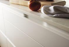 Cocina SANTOS con isla modelo Intra lacado en color blanco seda mate. #Cociart #cocinassantos #cocinasblancas #intra #lacado #office #diseñodecocinas #interiordesign #interiorismo Other Rooms, Deco, Interiores Design, Kitchen Design, Innovation, The Unit, Handle, House, Profile