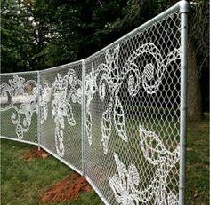 borduren in het hekwerk, super!