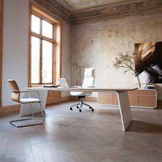 Senor is een exclusieve en typerende serie meubilair voor directiekamers van MartinStoll met bureaus, vergadertafels en opbergelementen. Het meest opvallende aan de serie is het minimalistische ontwerp met strakke lijnen en mooie krommingen, die een gevoel van rust en zuiverheid uitstralen. Senor combineert traditioneel vakmanschap met hedendaagse technologie, en karakteristieke vormgeving met intelligente ontwerpoplossingen. #Kinnarps #martinstoll #Senor #Directiebureau