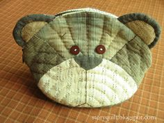 Adorable teddy purse by Story Quilt Fabric Crafts, Sewing Crafts, Sewing Projects, Patchwork Bags, Quilted Bag, Japanese Quilts, Pencil Bags, Fabric Bags, Small Quilts