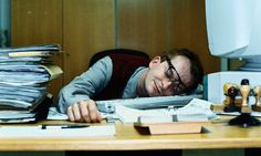 Quand tu es seul au bureau, tu peux dormir peinard
