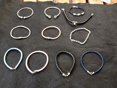 Pulseras de plata y brazaletes de cuero. Todas en mis cositas de plata.