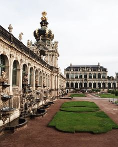 Выйдя на прогулку по старому городу в Дрездене, тебя внутренним магнитом ведёт к архитектурному ансамблю в стиле позднего барокко - Цвингер. Здесь расположена Дрезденская картинная галерея, собрание фарфора, оружейная палата.  Над аркой Часового павильона висят старинные часы с оркестром фарфоровых колокольчиков. Их мелодичное звучание окутывает волшебством это и без того красивое место. Колокольчики выполнены на фарфоровом заводе Мейсен. За время существования часов, они исполняли различные…