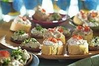 Tässä ihania pieniä naposteltavia erilaisilla täytteillä!  #cremebonjoursuomi #tuorejuusto #naposteltavaa #eväs #piknik #voileipä www.cremebonjour.fi