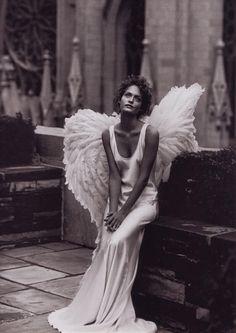 """Extraordinaria fotografía en blanco y negro de Peter Lindbergh para la editorial """"Angels"""" de Harper's Bazaar con la modelo Amber Valletta. Diciembre 1993."""