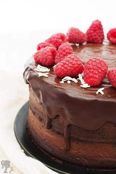 Čokoládová torta s malinami Tiramisu, Food And Drink, Ethnic Recipes, Chocolate Cakes, Aesthetics, Backen, Chocolate Stout Cake, Tiramisu Cake, Chocolate Cake