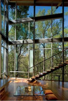 Forest home is located on a steep north-facing escarpment 80 feet above Crabtree Creek in Raleigh, North Carolina. Designed by Frank Harmon Architect