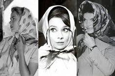Jackie Kennedy Onassis han llevado pañuelos sobre sus cabezas como símbolo de su gracia y de celebrar su feminidad.