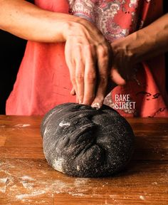 All you want to know about activated charcoal and how to use it with great results to make a sourdough charcoal bread step by step with photos. Charcoal Burger, Charcoal Bread, Vegan Loaf, Skillet Corn, Panini Recipes, Cocina Natural, Bread Art, Black Food, Crepe Recipes