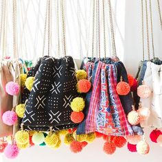 We love these vibrant pom pom bags, perfect for the beach, brunch, and everything in between! Diy Sac, Ethnic Bag, Potli Bags, Boho Bags, Fabric Bags, Handmade Bags, Yarn Crafts, Diy Clothes, Fashion Bags