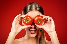 Want brighter and radiant skin? Tomatoes might be able to do the trick. Try this DYI tomato face mask to get the skin you deserve. Natural Health Remedies, Home Remedies, Tomato Face Mask, Wild About Beauty, Danette May, Anti Inflammatory Recipes, Tomato Juice, Lower Cholesterol, Other Recipes
