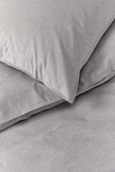 Kollektion Herbst/Winter 2016/2017: Bettwäsche Chambray Grey. Durch die Verwendung von mehrfarbig gewebten Fäden scheint diese Bettwäsche je nach Blickwinkel seine Farbe zu ändern. So entstehen raffinierte Schattierungenmit einem warmen Glanz. Die speziellen Jeansnähte am Rand des Bett- und Kissenbezuges verleihen der Bettwäsche ihren besonderen Abschluss