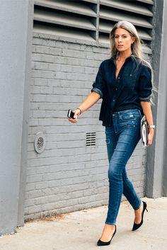 Den Look kaufen:  https://lookastic.de/damenmode/wie-kombinieren/dunkelblaues-jeanshemd-blaue-enge-jeans-mit-destroyed-effekten-schwarze-wildleder-pumps/3679  — Dunkelblaues Jeanshemd  — Blaue Enge Jeans mit Destroyed-Effekten  — Schwarze Wildleder Pumps