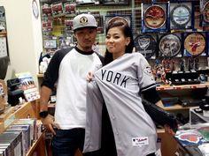 【大阪店】 2012年10月18日  サトキ様がMLBの抽選にて  銀賞であるヤンキースのアレックス・ロドリゲス選手の  オーセンティックユニフォームを見事当てられました!  ガラガラを回されたのはお隣にいるアコさん!