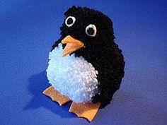 Ein süßer Ponpon Pinguin A cute ponpon penguin Knitted Hats Kids, Knitting For Kids, Kids Hats, Art For Kids, Crafts For Kids, Pom Pom Animals, Pom Pom Flowers, Penguin Craft, Girl Beanie