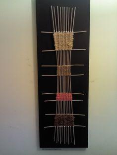 Sobre bastidor de tela pintado negro Weaving Projects, Art Projects, Tapestry Loom, Art For Kids, Kid Art, Textiles, Deco, Black Backgrounds, Tapestries