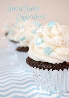 These sweet chocolate Christmas cupcakes have a snowflake theme to make any Christmas party a dream! Easy to make. These sweet chocolate Christmas cupcakes have a snowflake theme to make any Christmas party a dream! Easy to make. Winter Cupcakes, Cupcakes Frozen, Themed Cupcakes, Christmas Cupcakes, Christmas Desserts, Christmas Baking, Christmas Time, Winter Birthday Parties, Frozen Birthday Party