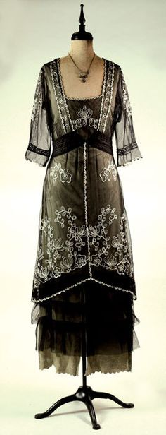 Edwardian tea gown -- I'd wear this to a Downton Abbey party